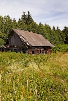 Stary drewniany dom z wraku położony na terenach wiejskich. białoruś