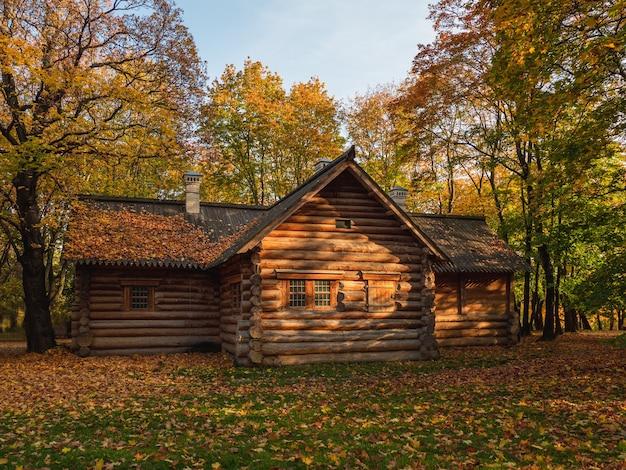 Stary drewniany domek w lesie jesienią. dom piotra i w kolomenskoje w moskwie.