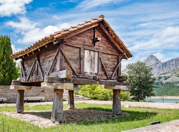 Stary drewniany horreo, typowa wiejska budowa w hiszpania. riano, prowincja leon. kastylia i leon, północna hiszpania