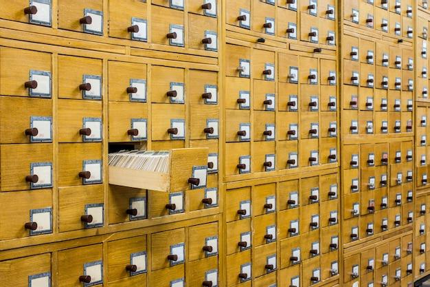 Stary drewniany katalog kart w bibliotece