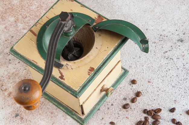 Stary drewniany kawowy ostrzarz na betonowym tle.