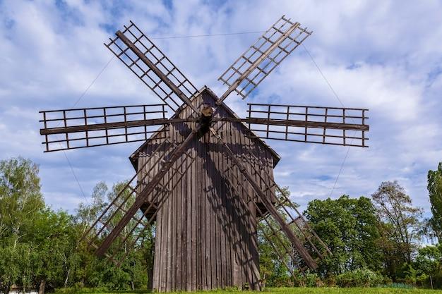 Stary drewniany młyn. stary wiatrak w muzeum architektury