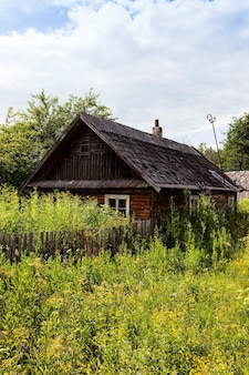 Stary drewniany opuszczony dom położony na wsi. białoruś.