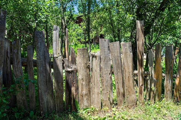 Stary drewniany płot w artvin latem
