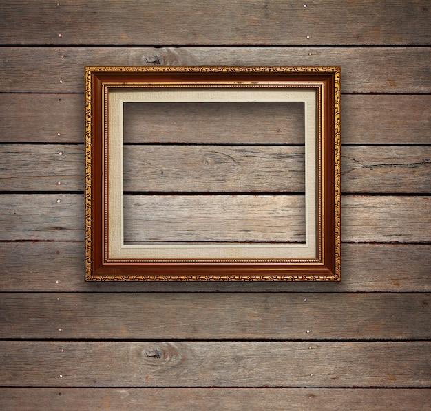Stary drewniany pokój z złota ramy tłem.