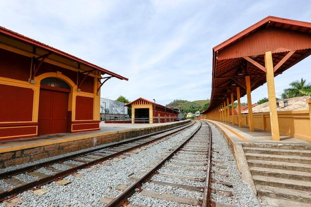 Stary dworzec kolejowy, typowy dla kolei południowej brazylii, w mieście guararema w stanie sao paulo