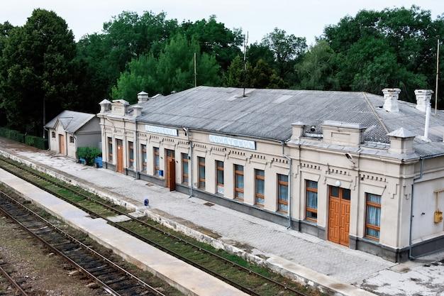 Stary dworzec kolejowy z kolejami przed nim