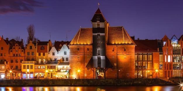 Stary dźwig portowy i brama miejska żuraw na starym mieście w gdańsku nocą