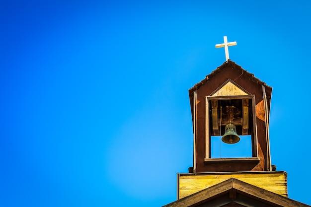 Stary dzwon na szczycie kościoła chrześcijańskiego w południowej hiszpanii.