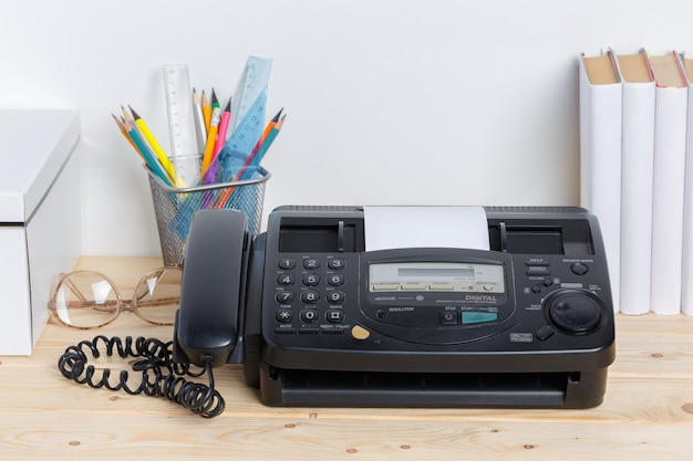 Stary faks na stole