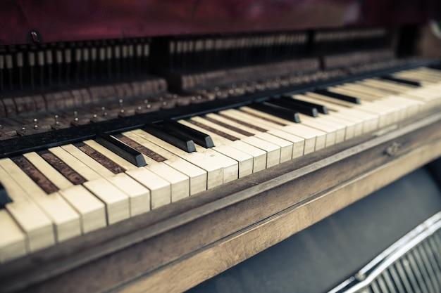 Stary fortepianowy wystrój pubu