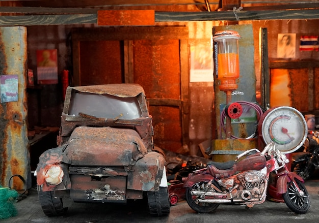 Stary garaż, stary samochód, stary motocykl