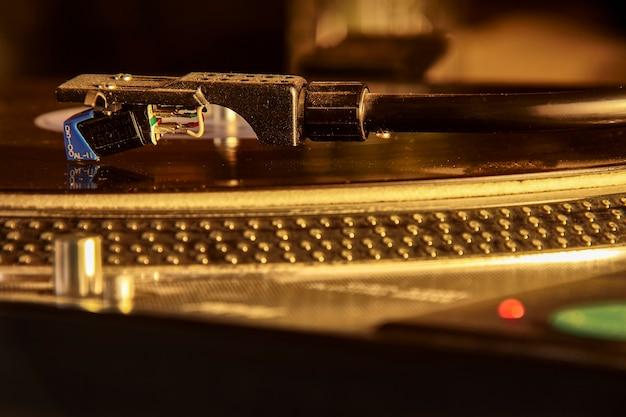 Stary gramofon vintage odkurzony i zużyty, ale nadal działający w dyskotece.