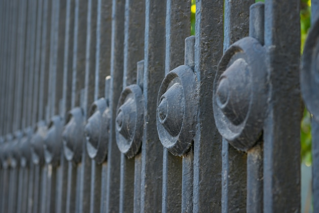 Stary grill metalowy park, selektywne focus
