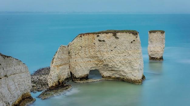 Stary harry rocks zimą w dorset w południowej anglii.
