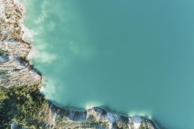 Stary kamieniołom gipsu wypełniony niebieską i czystą wodą