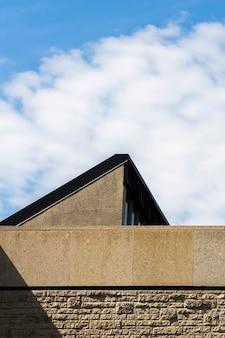 Stary kamienny budynek z niebieskim niebem