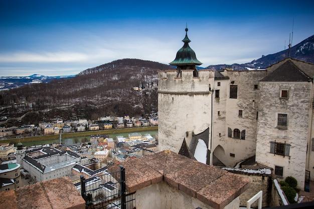 Stary kamienny dach wieży w starożytnym zamku w salzburgu