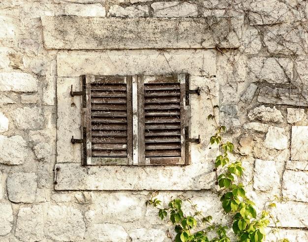 Stary kamienny mur z oknem