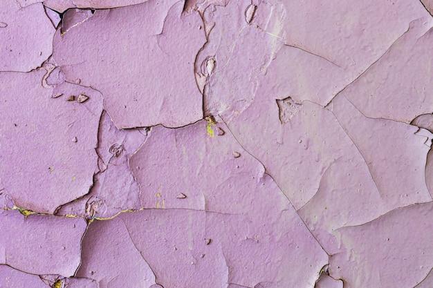 Stary kamienny mur z pękniętą fioletową farbą. tło dla projektu. grunge tekstur. zdjęcie wysokiej jakości
