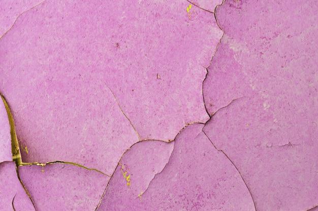 Stary kamienny mur z pękniętą fioletową farbą. zdjęcie wysokiej jakości