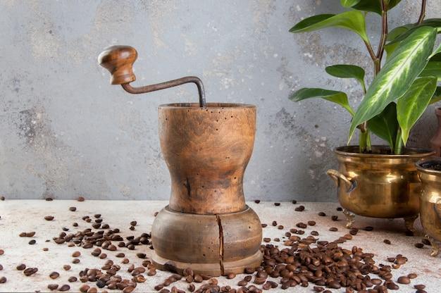 Stary kawowy ostrzarz na betonowym tle.