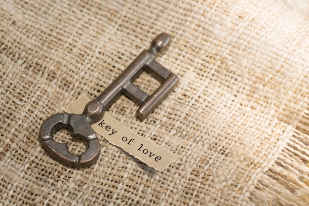 Stary klucz i papier z wiadomości tekstowych klucz miłości. koncepcja walentynki