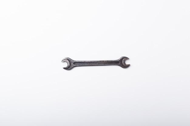 Stary klucz na białym tle