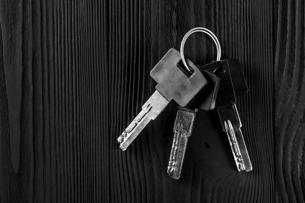 Stary klucz na czarnym drewnianym stole