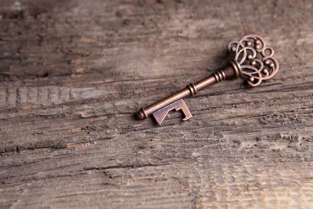 Stary klucz na drewnianym stole