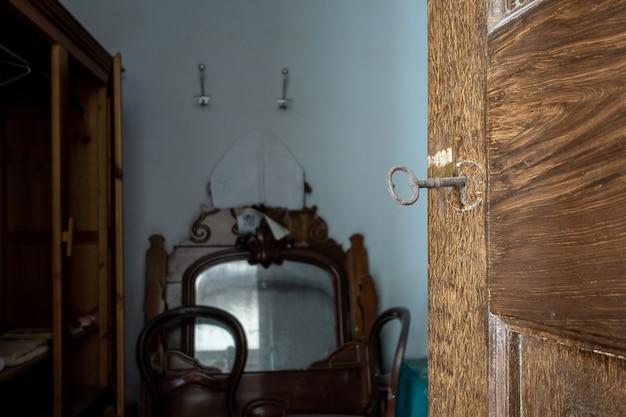 Stary klucz włożony do zamka