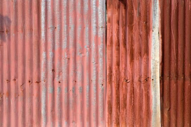Stary kolorowy zardzewiały mur cynkowy