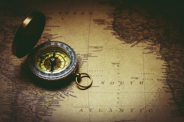 Stary kompas na antycznej mapie