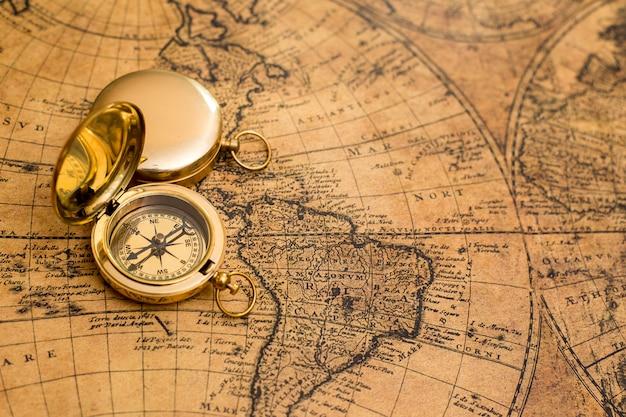 Stary kompas na mapie vintage
