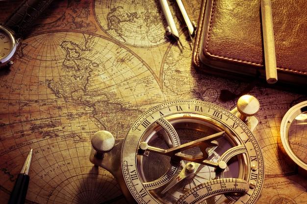 Stary kompas na starożytnej mapie