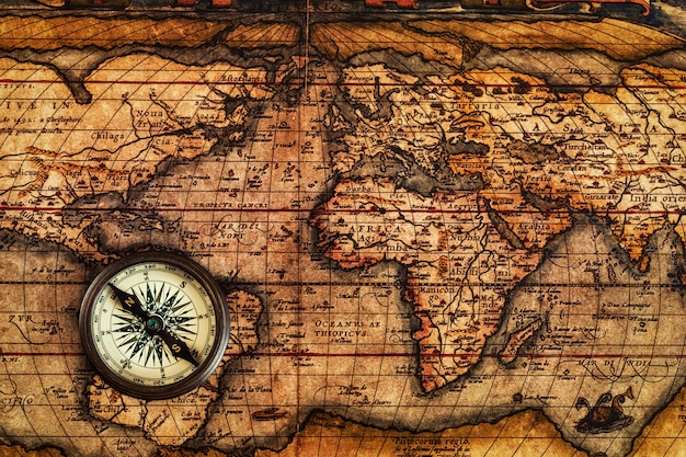 Stary kompas vintage na starożytnej mapie