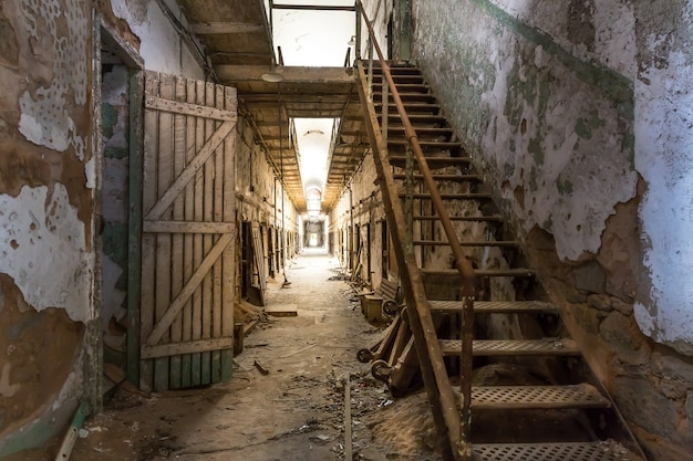 Stary korytarz więzienny