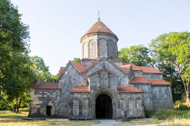 Stary kościół gruziński w manglisi, georgia. stara architektura i przyroda.