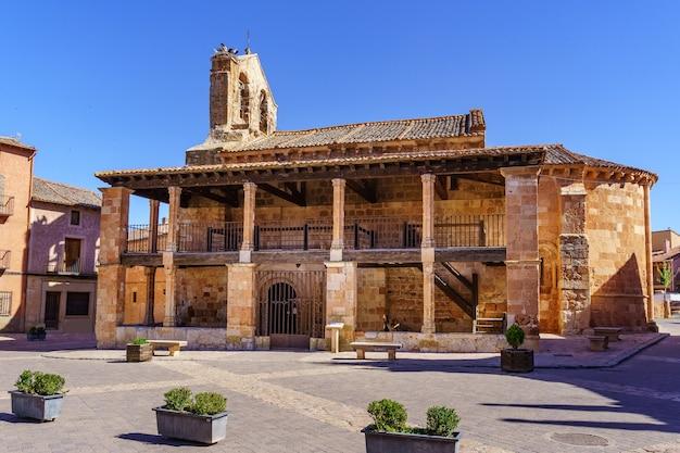 Stary kościół na rynku. ayllon, segovia, hiszpania.