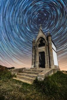 Stary kościół z gwiaździstym nocnym niebem