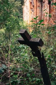 Stary krzyż na opuszczonym cmentarzu. złamany krzyż