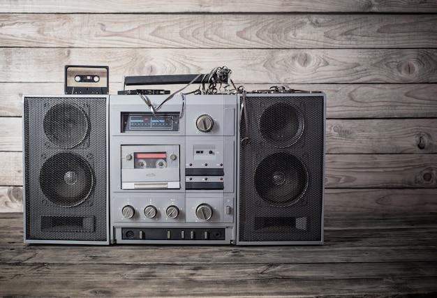 Stary magnetofon i kaseta na drewniane tła