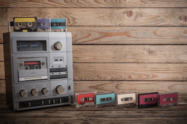 Stary magnetofon i kaseta na drewnianym tle
