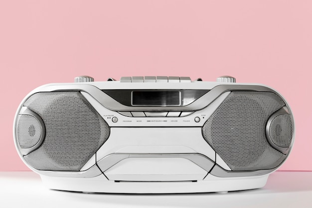 Stary magnetofon z różowym tłem