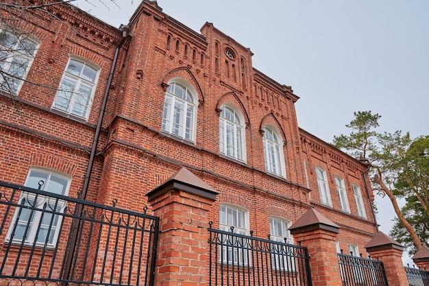 Stary majestatyczny budynek z czerwonej cegły w stylu gotyckim. kazań