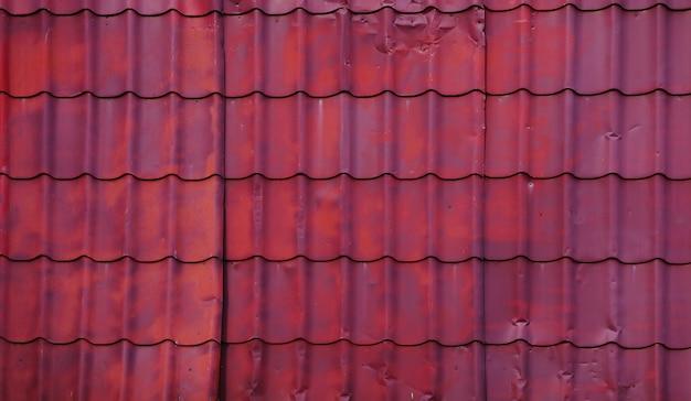 Stary metalowy dach do prywatnego domu. tapeta