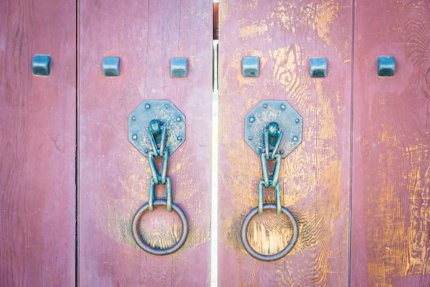 Stary metalowy uchwyt drzwi