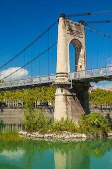Stary most passerelle du college nad rzeką rodan w lyonie we francji. letni dzień