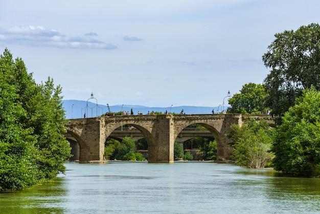 Stary most pontvieux xiv wiek rozciąga się nad rzeką aude we francuskim mieście carcassonne