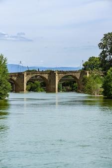 Stary Most Pontvieux Xiv Wiek Rozciąga Się Nad Rzeką Aude We Francuskim Mieście Carcassonne Premium Zdjęcia